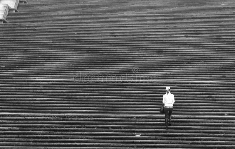Escaleras que suben de la muchacha imágenes de archivo libres de regalías