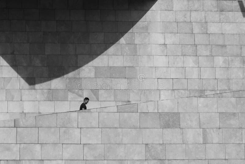 Escaleras que suben del hombre en el museo de Guggenheim imagen de archivo