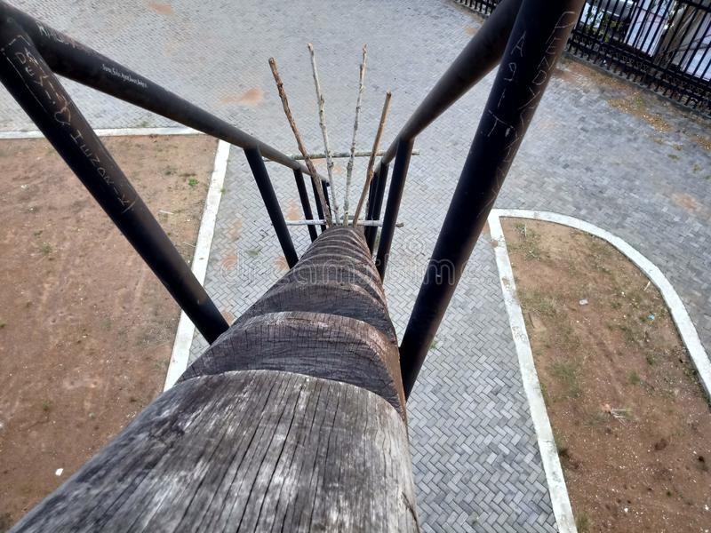 Escaleras que vienen de tronco de árbol fotos de archivo