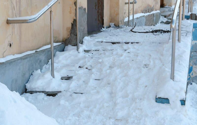 Escaleras resbaladizas Nevado del pórtico en día de invierno fotos de archivo libres de regalías