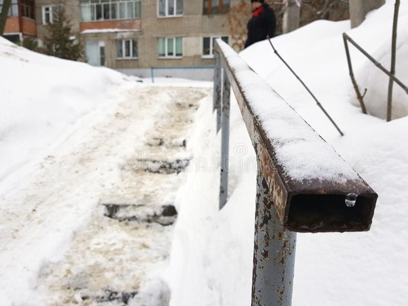 Escaleras resbaladizas peligrosas y barandilla vieja en invierno imagen de archivo