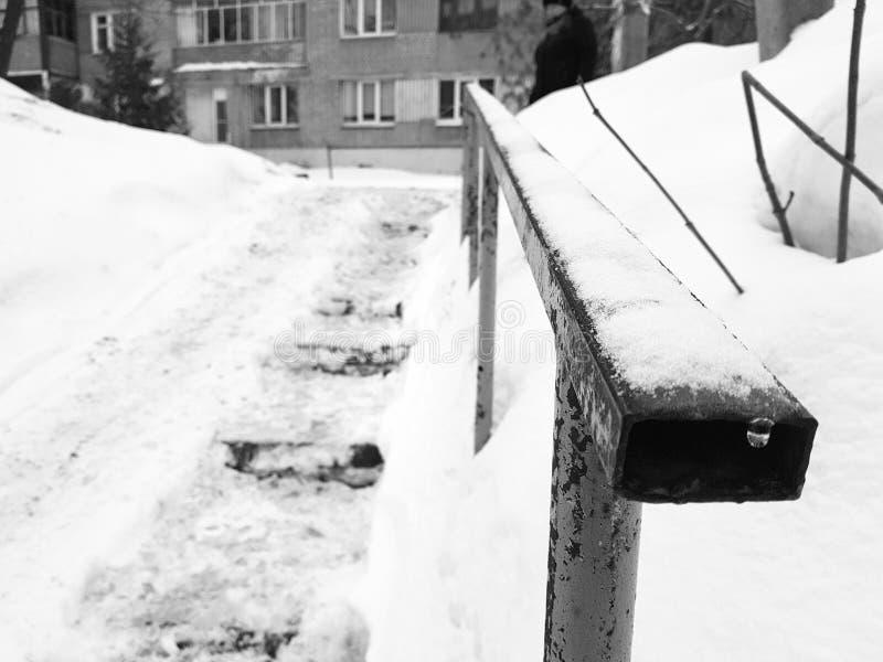 Escaleras resbaladizas peligrosas y barandilla vieja en invierno imagen de archivo libre de regalías