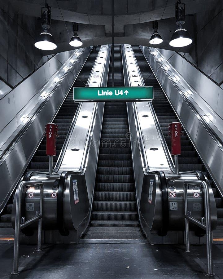Escaleras urbanas de la estación de metro, imagenes de archivo