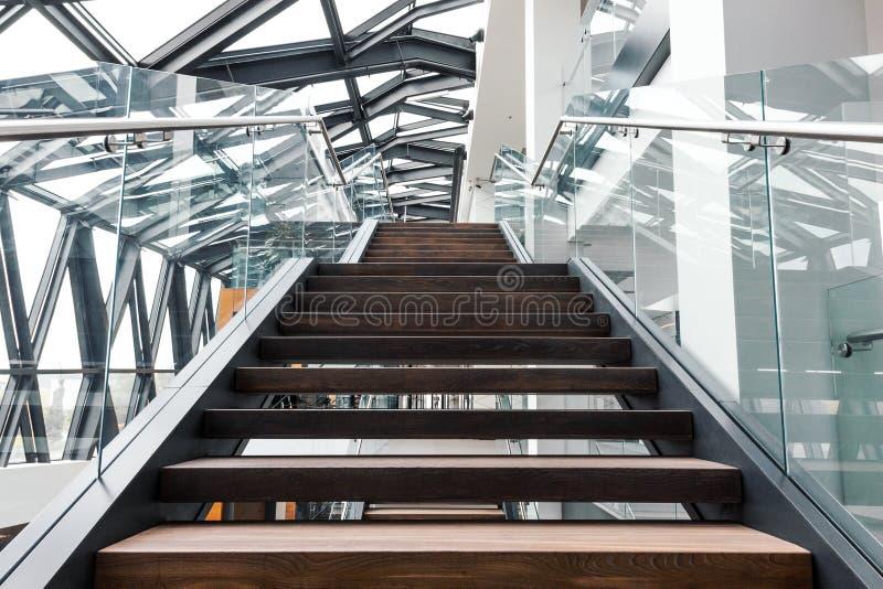 Escaleras vacías en interior moderno del edificio de oficinas imagenes de archivo