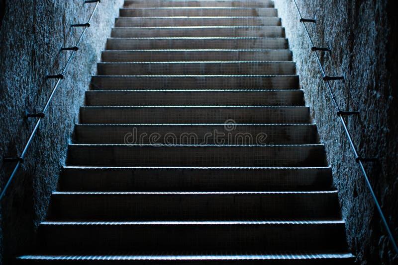 Escaleras vacías viejas en el subterráneo fotos de archivo libres de regalías
