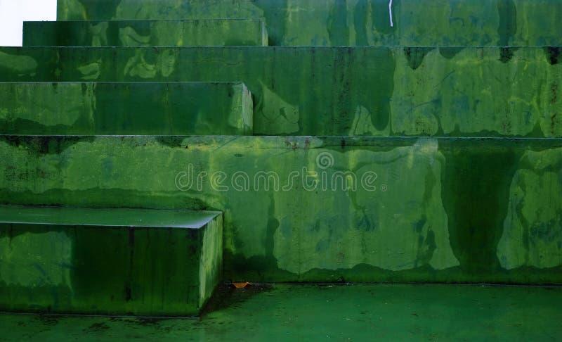 Escaleras verdes fotos de archivo