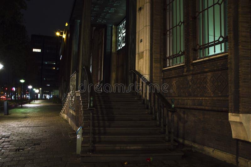 Escaleras viejas de la casa en la ciudad imágenes de archivo libres de regalías