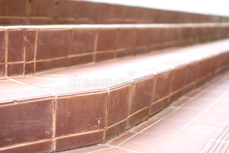 Escaleras viejas de la teja con la superficie de la teja fotografía de archivo