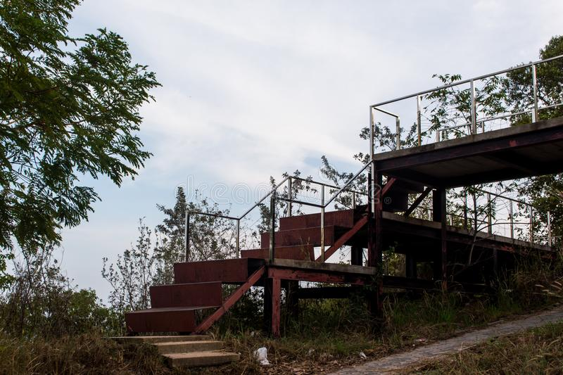 Escaleras viejas del hierro que van al moho en el bosque fotografía de archivo libre de regalías