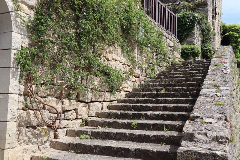Escaleras viejas en ciudad medieval de Francia fotos de archivo libres de regalías