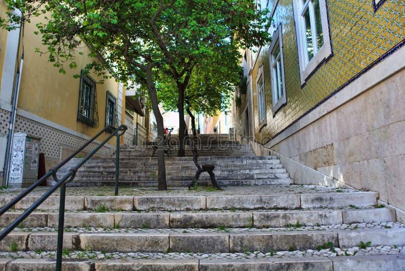 Escaleras viejas en Lisboa imagen de archivo