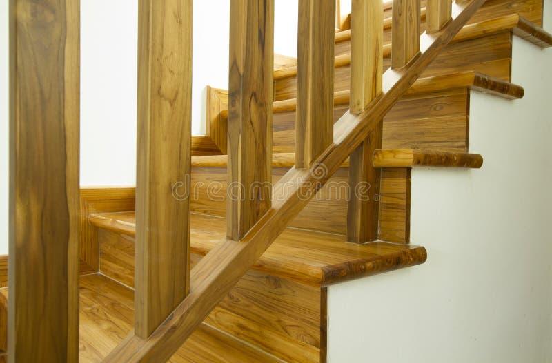Escaleras y barandilla de madera imágenes de archivo libres de regalías
