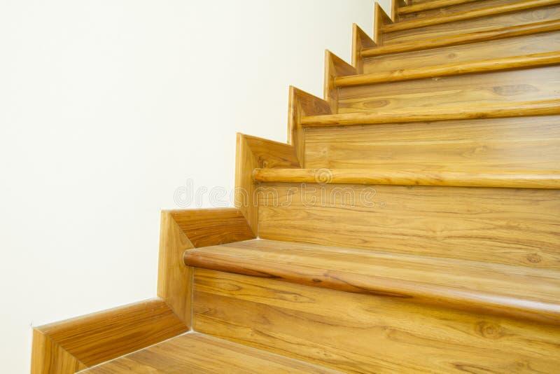 Escaleras y barandilla de madera imagen de archivo