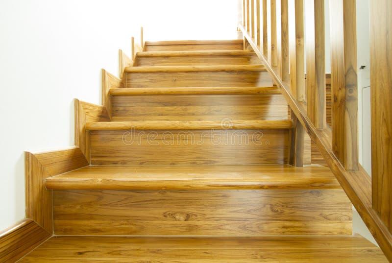 Escaleras y barandilla de madera fotos de archivo