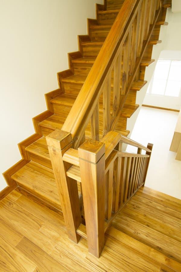 Escaleras y barandilla de madera imagen de archivo libre de regalías