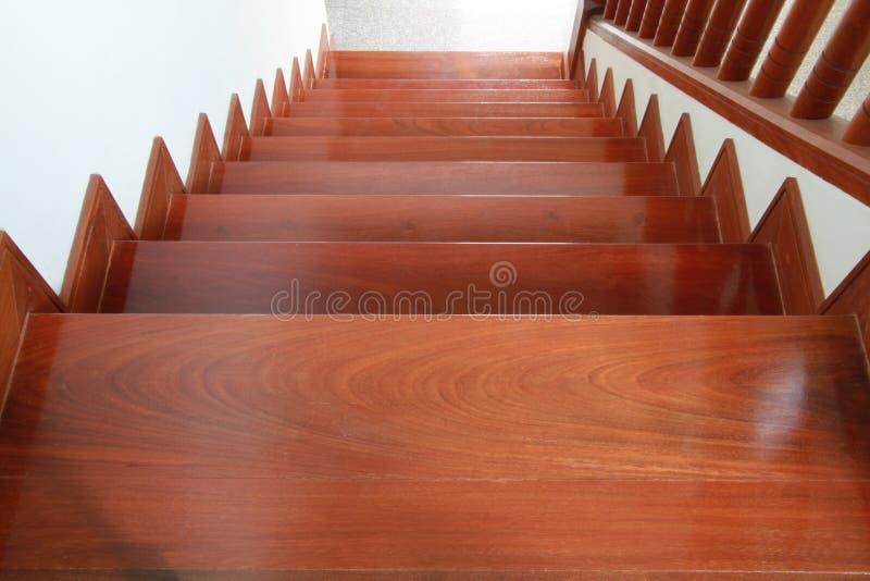 Escaleras y barandilla de madera foto de archivo