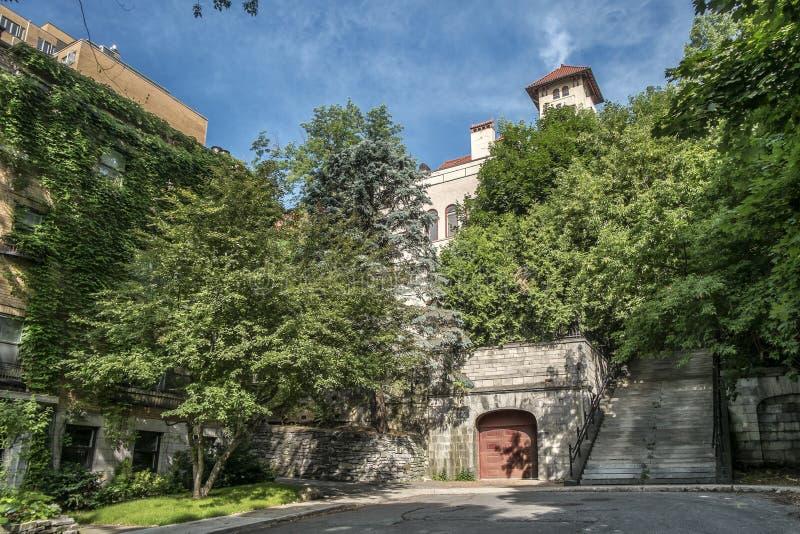 Escaleras y casa de piedra fotos de archivo libres de regalías
