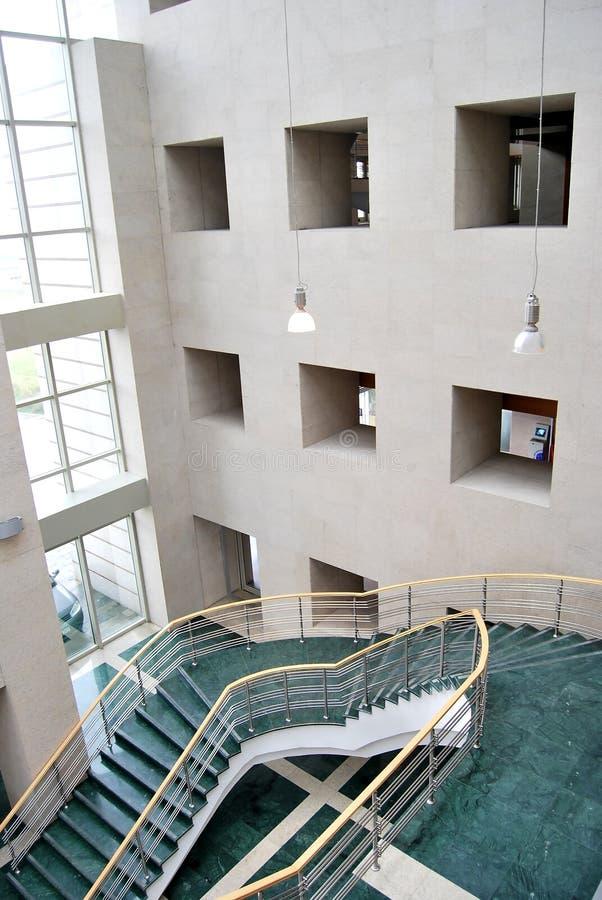 Escaleras y pasillo verdes imagen de archivo libre de regalías