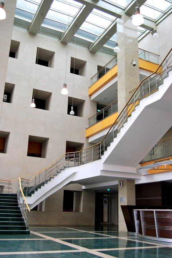 Escaleras y pasillo verdes imagen de archivo