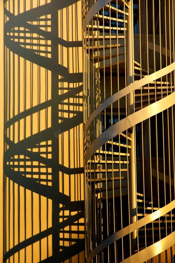 Escaleras y sombras del sacacorchos imagen de archivo