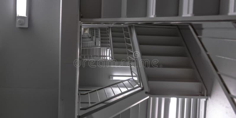 Escaleras y techo interiores de un edificio moderno foto de archivo