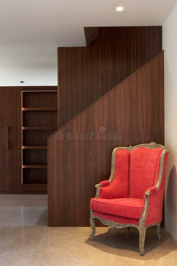 Escalier à l'intérieur de Chambre moderne avec le fauteuil photos libres de droits