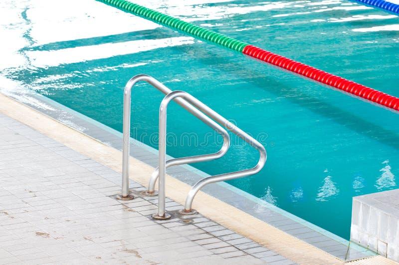 Escalier à la piscine. image stock