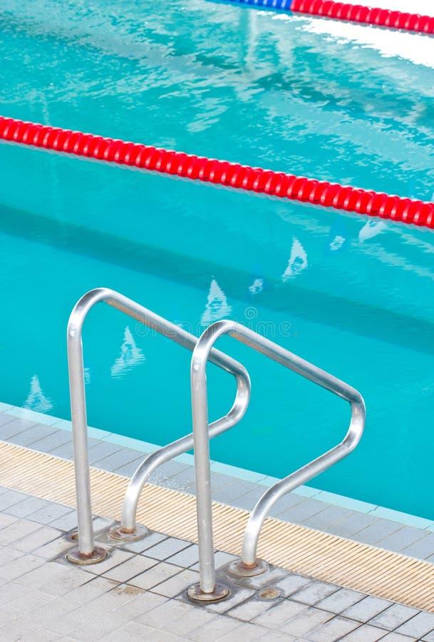 Escalier à la piscine. photo stock