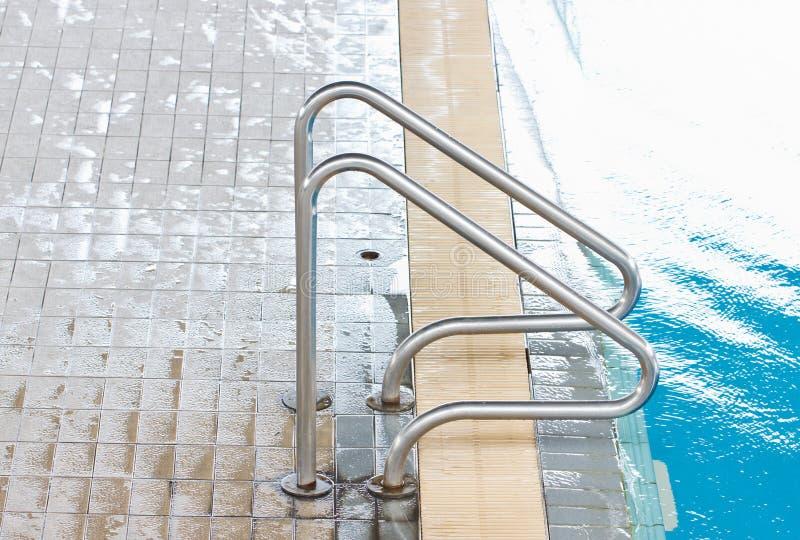 Escalier à la piscine. photographie stock