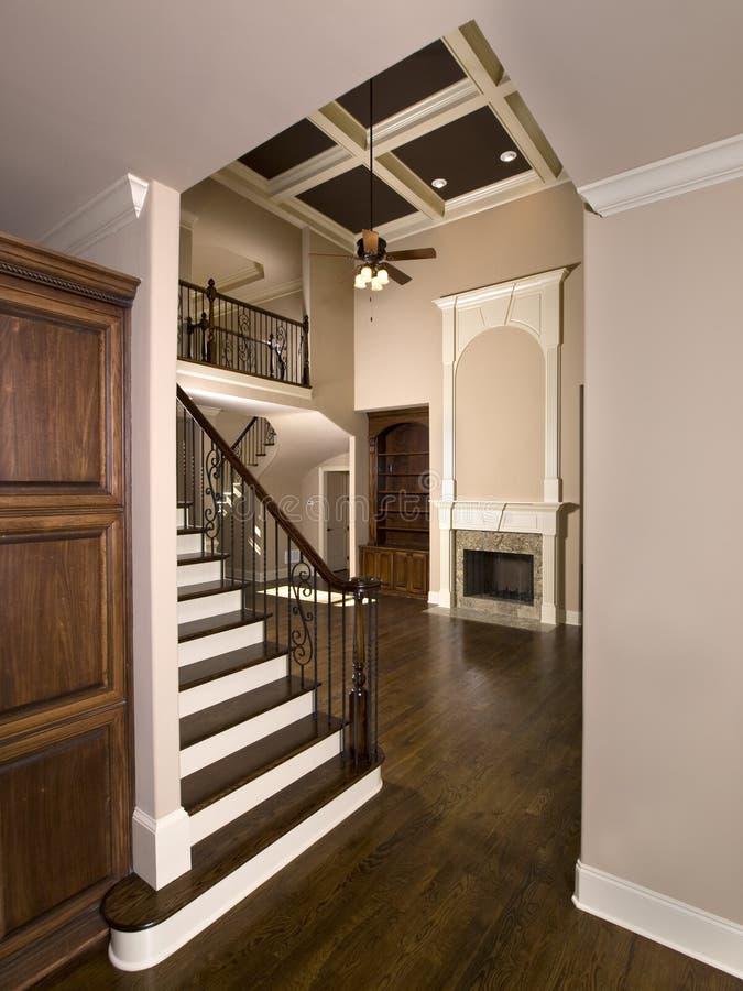 Escalier à la salle de séjour de luxe avec la cheminée images libres de droits
