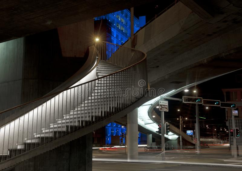 Escalier à un nightscape de ville photo libre de droits