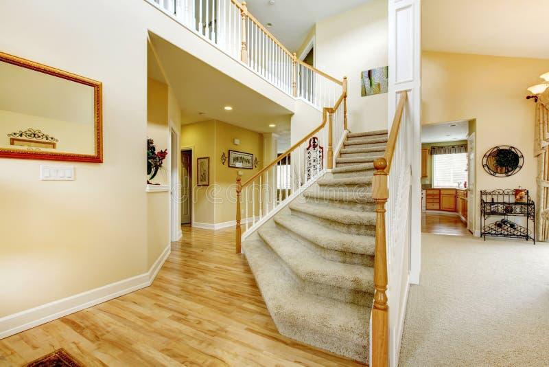 escalier l gant avec les balustrades blanches dans la maison moderne photo stock image du. Black Bedroom Furniture Sets. Home Design Ideas