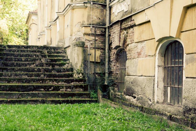 Escalier abandonné de manoir images libres de droits