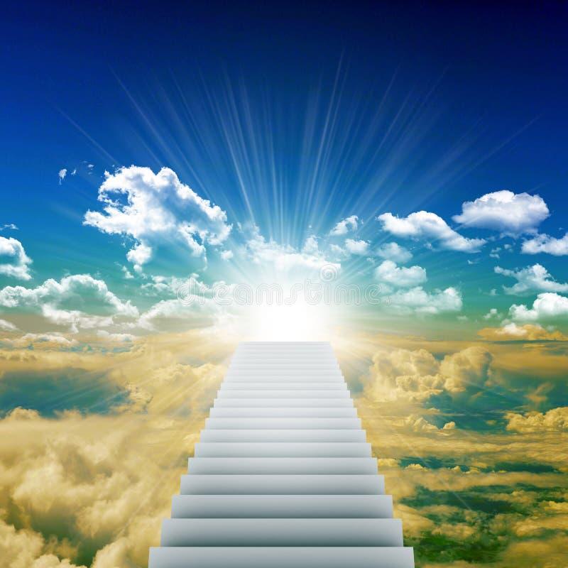 Escalier amenant à la lumière lumineuse images libres de droits
