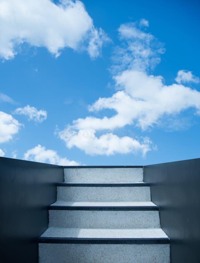 Escalier amenant au ciel images stock