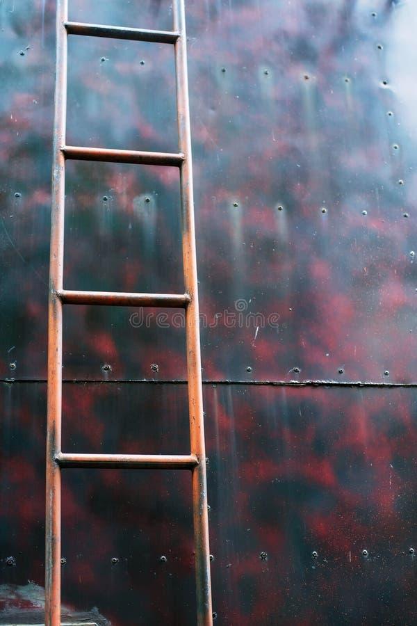 Escalier ancien métal industriel vertical rouillé sur réservoir métallique images libres de droits