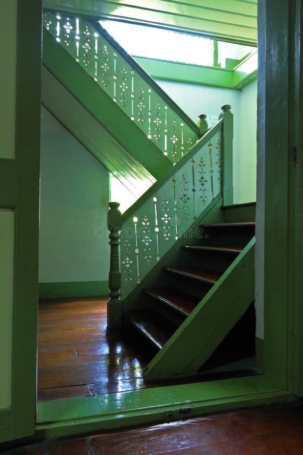 Escalier au plancher supérieur dans la maison en bois photo stock