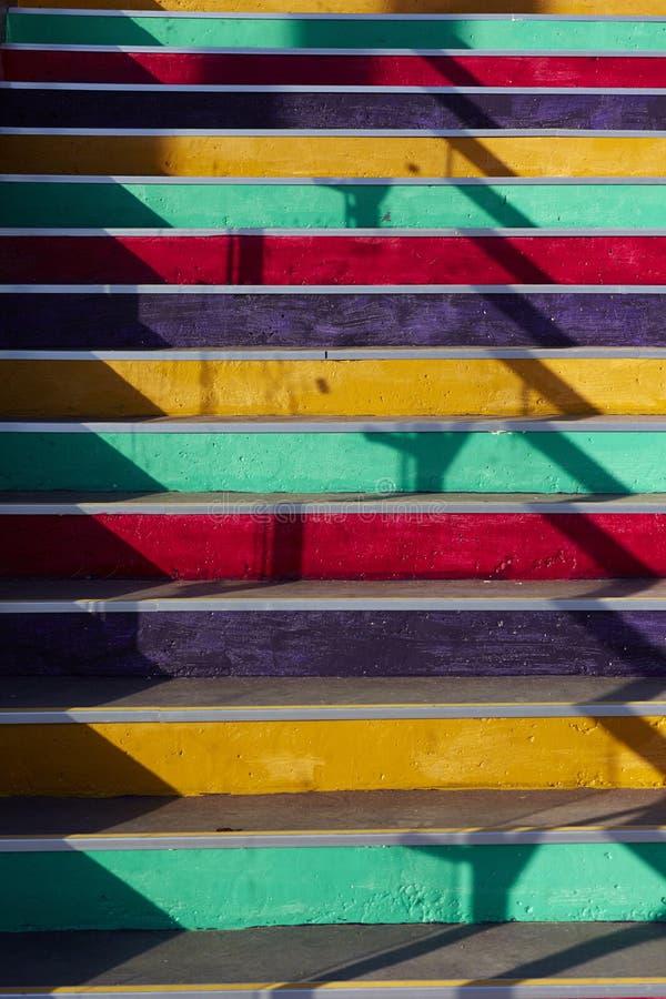 Escalier avec des étapes colorées images stock