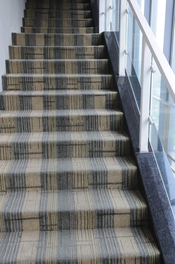 Escalier avec du tapis photographie stock