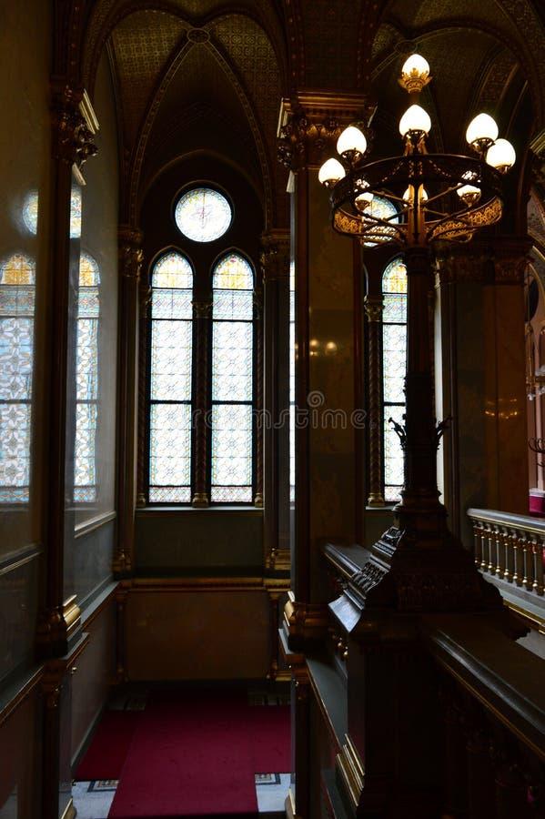 Escalier avec la fenêtre en verre teinté images libres de droits