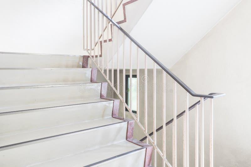 Download Escalier Avec Le Handrai Métallique Photo stock - Image du architecture, moderne: 87701800