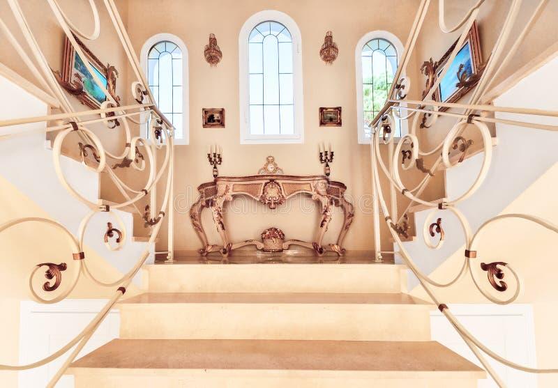 Escalier avec les étapes de marbre et décoratif luxueux et l'orname photos libres de droits