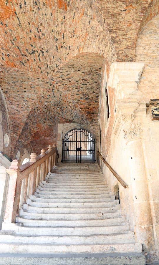 escalier avec les étapes en pierre dans la basilique de Palladian dans le CIT photos libres de droits