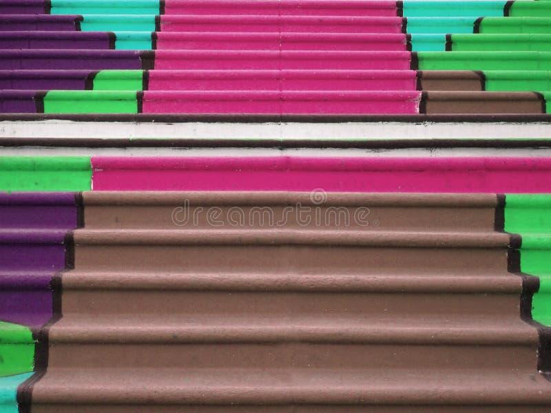 Escalier coloré coloré waterfront La vue au-dessus de la montagne de ville et de Tableau du seaa dégrossissent photographie stock libre de droits