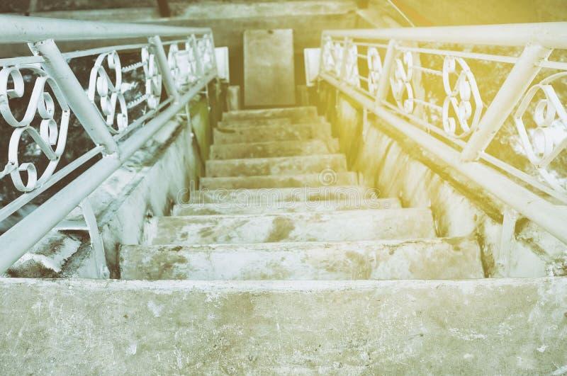Escalier concret avec la fuite légère images stock