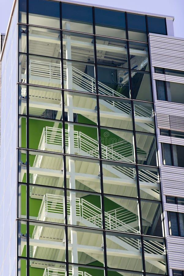 Escalier contemporain en métal à l'intérieur du bâtiment moderne à plusieurs étages photographie stock