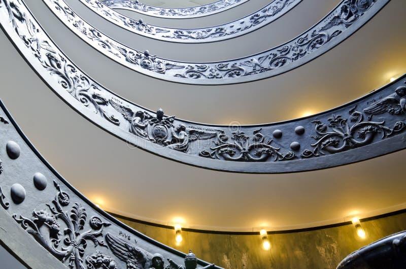 Escalier décoré dans des musées de Vatican image stock