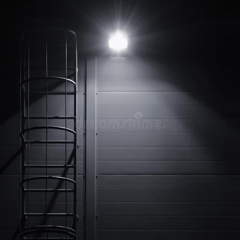 Escalier d'échelle d'évasion d'accès de délivrance de secours du feu, lanterne lumineuse photo libre de droits