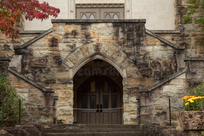 Escalier d'église catholique de pierre image stock