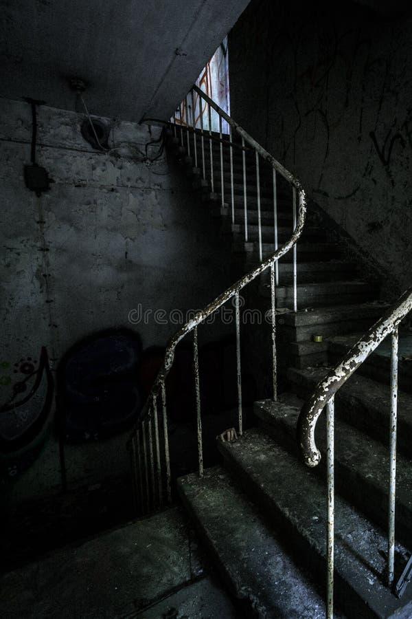 Escalier d'horreur et main rampante cachée image libre de droits